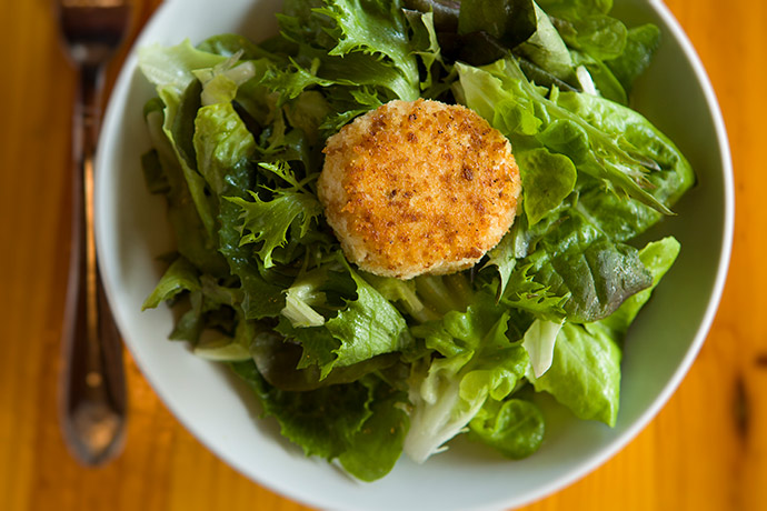 Baby lettuce salad with baked goat cheese